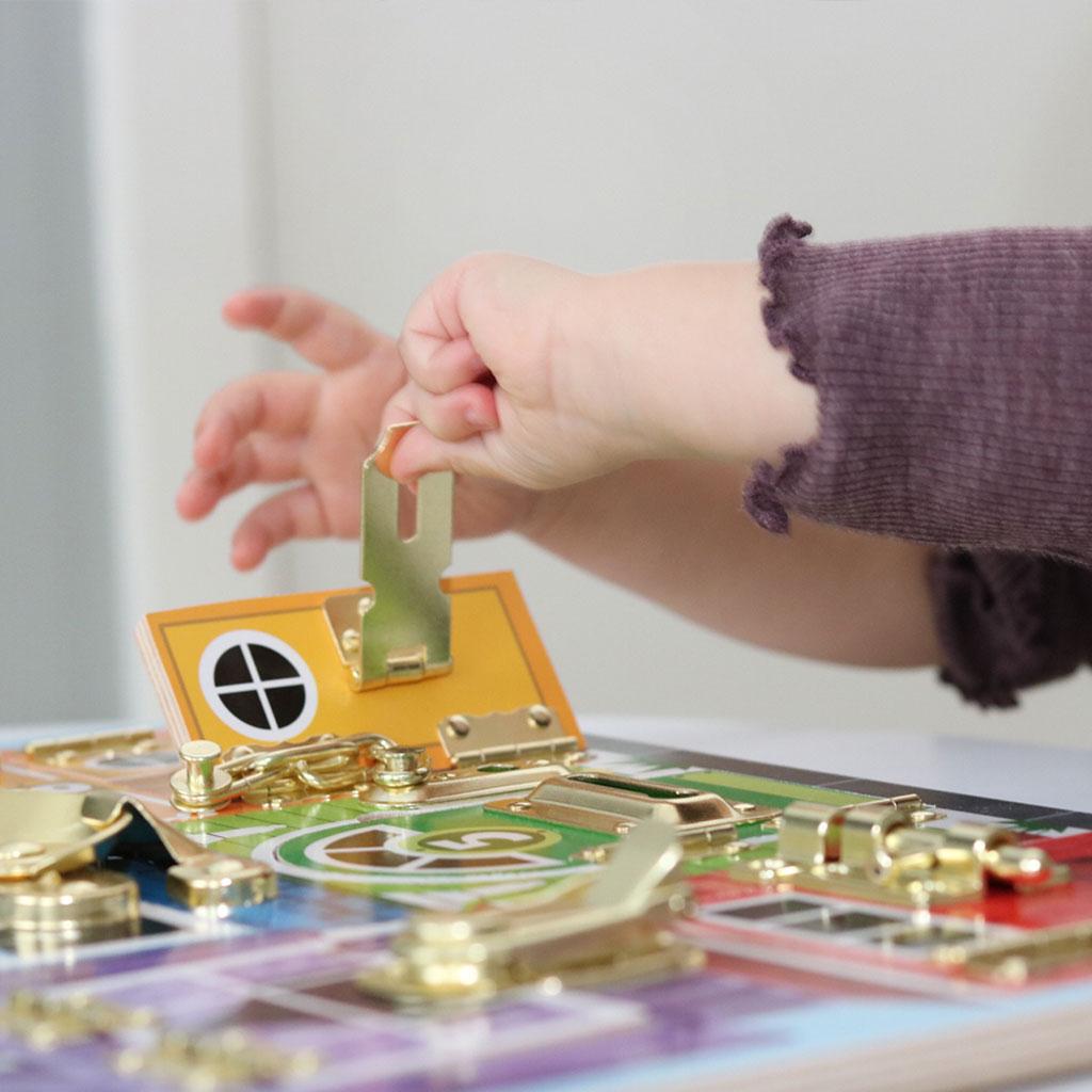 Låsebræt fra Melissa & Doug. Et pædagogisk legetøj med mange lærings muligheder gennem leg. Køb legetøj hos ciha.dk