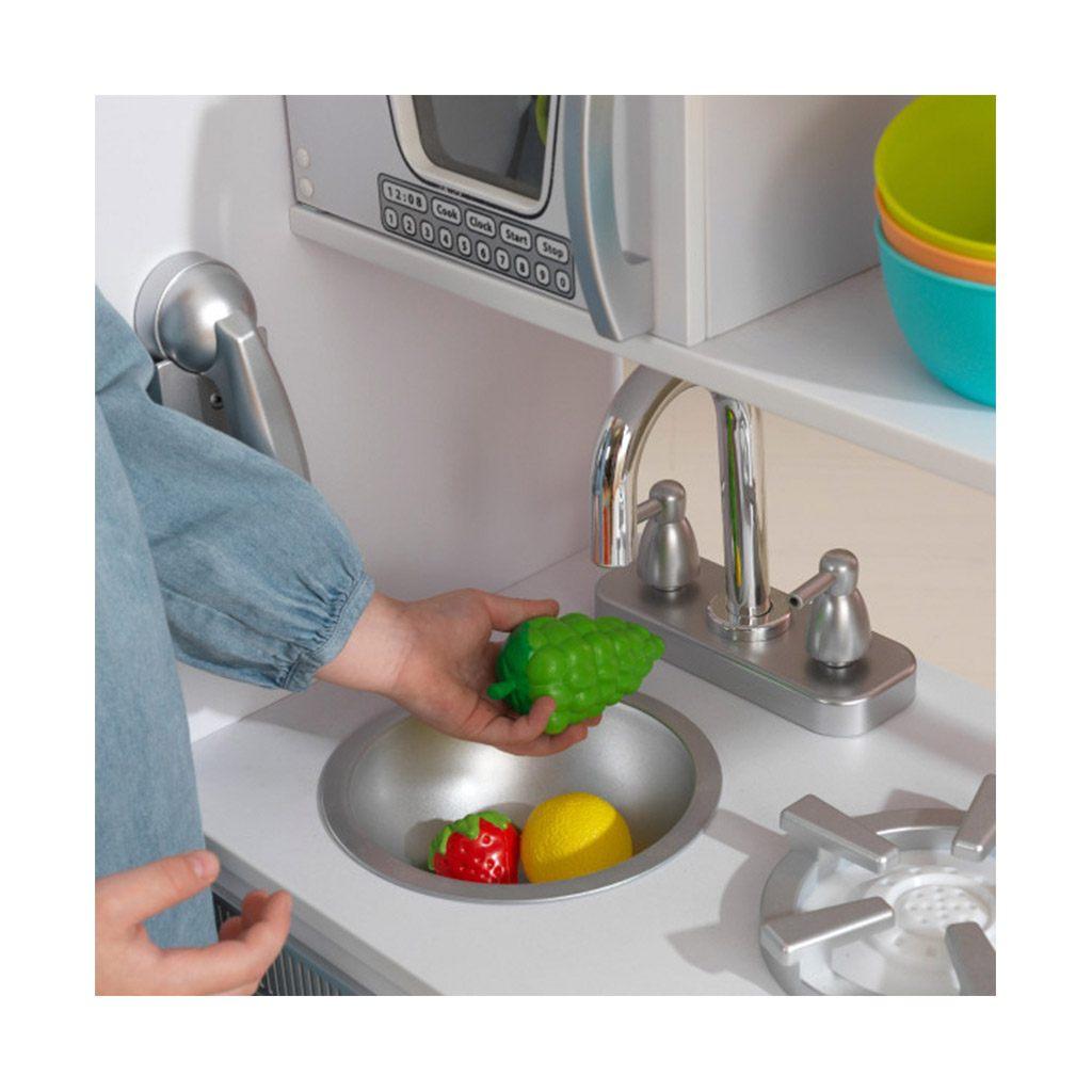 Hvidt legekøkken fra kidkraft. Stort legekøkken med mange detaljer. Se vores udvalg af Kidkraft legetøj på CIHA
