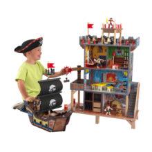 pirater med skib og skjulested. KOmplet legesæt med 17 dele til en eventyrlig piratleg. Kidkraft legetøj forhandles hos CIHA