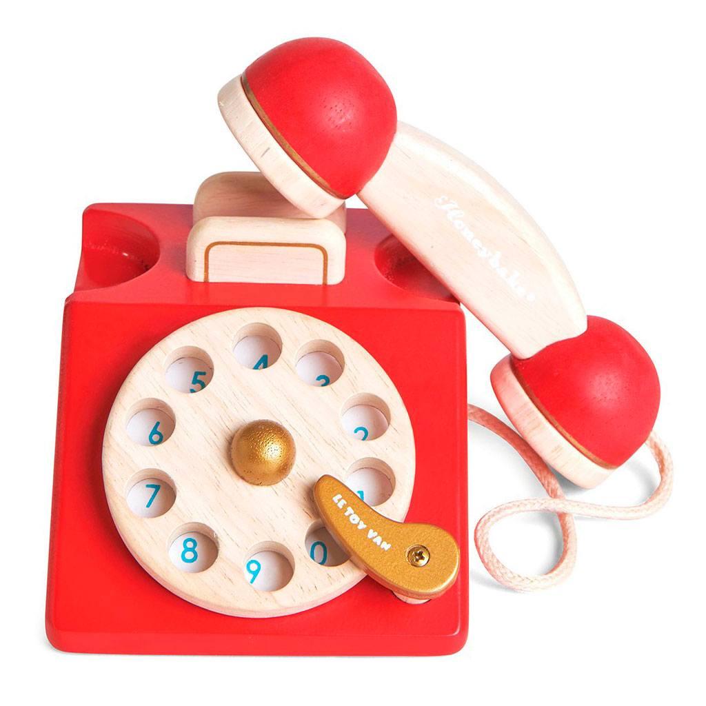 Vilac retro telefon med drejehjul fra Vilac. Køb hos www.ciha.dk. Tilsjynder dialog, samtale og rolleleg. En sjov måde at få barnet igang med at tale.