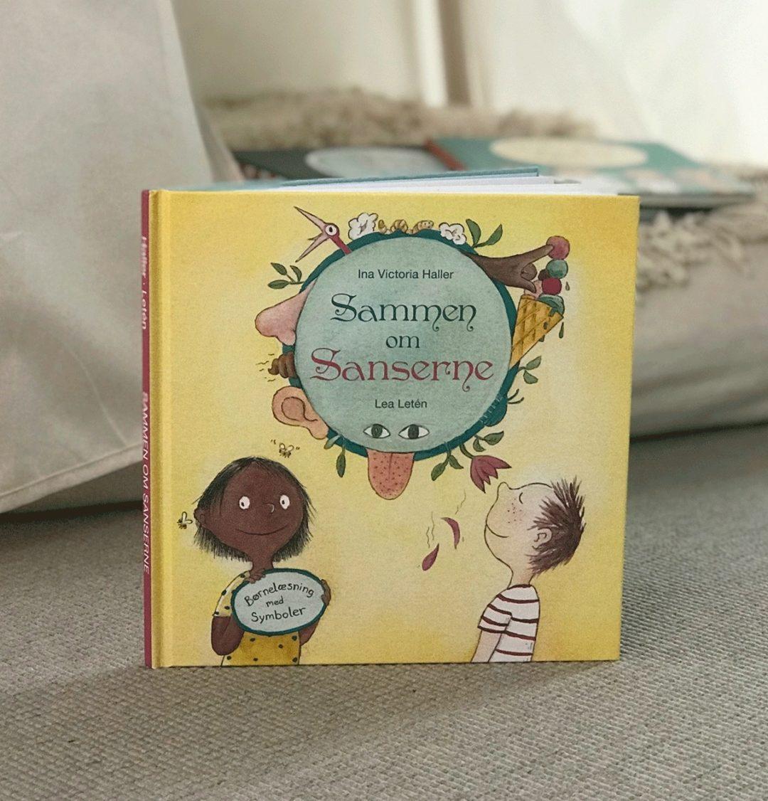 Sammen om sanserne er en bog med barnet som læse pilot. Gennem bogen er temaet vores sanser og i teksten er der billedesymboler og stor tekst, der hjælper barnet med at læse historien. Der er også støttende dialog bokser, så der kan praksiseres dialogisk læsning