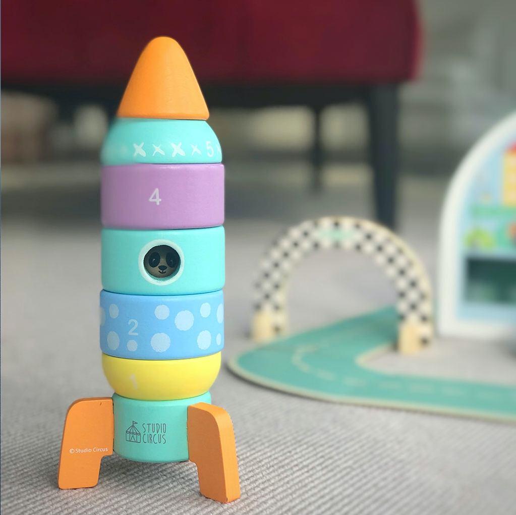 Stable rum raket med pande indeni. Studio circus legetøj i træ