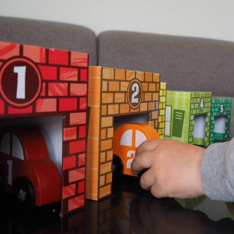 Stable garagerne med biler - leg med farver, motorik, tællefærdigheder, matching og meget mere. Sprogstimulerende legetøj med vejledning fra CIHA