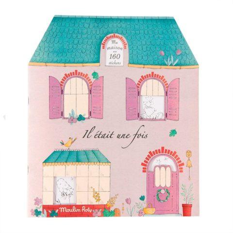 Moulin roty malebog udformet som et hus. Der medfølger 20 ark med klistermærker, så huset kan dekoreres med en flot indretning og tøj designs til menneskene.